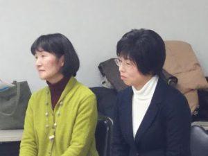 応援メッセージに聞き入る田頭ゆう子市議(左)と林とも子市議(右)。