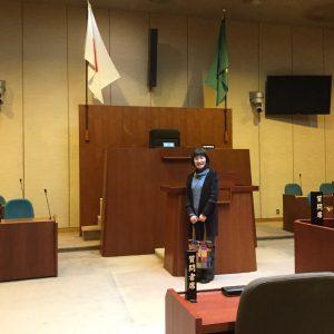 厚生文教委員会で岡山県総社市の障がい者施策を視察。総社市議会本会議場に立つ田頭ゆう子。2016年2月