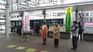 3月27日(月)、ポスターでお知らせした街頭報告集会の様子~田頭ゆう子(中央右)と林とも子(中央左)。
